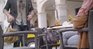 Bemannen Sie erhalten Gepäcktasche und holen zum Cafétabelle Mittlerer Schuss Kaukasische Paare in der italienischen Reise Liebe  stock footage