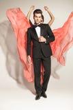 Bemannen Sie Festlegungssmoking, während sein Liebhaber ihr Kleid flattert Lizenzfreies Stockfoto