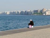 Bemannen Sie Fischen auf Kai in Saloniki, Griechenland lizenzfreie stockbilder