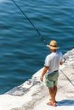 Bemannen Sie Fischen durch Meer in Varna, Bulgarien Stockfoto