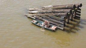 Bemannen Sie Fischen von einem Boot auf dem die Moldau-Fluss Lizenzfreie Stockfotos