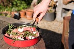 Bemannen Sie Fleisch auf Grill im Hinterhof zu Hause kochen lizenzfreie stockfotografie