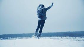 Bemannen Sie Freude auf die Oberseite des schneebedeckten Berges stock footage