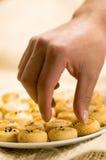 Bemannen Sie Gebrauch seine Hand, deliciousTurkish selbst gemachte wohlschmeckende Plätzchen, tuzlu kurabiye zu nehmen Stockfotografie