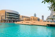 Bemannen Sie gemachten Burj Khalifa Lake und Dubai-Mall konfrontieren Stockfoto