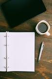 Bemannen Sie Geschäftskonzept mit Notizbuch, Kaffee und Notizblock auf Braun Lizenzfreie Stockfotos