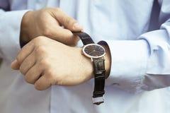 Bemannen Sie gesetzt auf die Uhr, die Uhren der Männer auf dem seinem Arm Stockfoto
