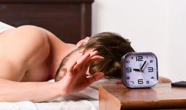 Bemannen Sie glaubenden hinteren Schmerz im Bett, nachdem Sie geschlafen haben Ausdehnung nach morgens aufwachen Glücklicher Morg lizenzfreie stockbilder