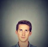 Bemannen Sie grauen Hintergrund mit Kopienraum über Kopf oben schauen Stockfotografie