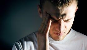 Bemannen Sie Griff, den seins hatte und leiden unter Kopfschmerzen, Schmerz, Migräne, trauriges deprimiertes Stockbild