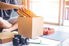 Bemannen Sie Griffhut in den Kasten für Geschenk lizenzfreie stockbilder