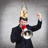 Bemannen Sie Haben seines Gehirns auf Feuer wegen des Druckes Stockfoto