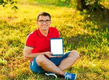 Bemannen Sie Halten und ShowTouch Screen Tabletten-PC Lizenzfreies Stockbild