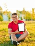 Bemannen Sie Halten und ShowTouch Screen Tabletten-PC Lizenzfreie Stockfotografie