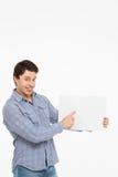 Bemannen Sie Halteplatte und zeigt ihren Finger Lizenzfreies Stockfoto