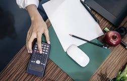 Bemannen Sie Hand auf dem Taschenrechner und löschen Sie Weißbuch Lizenzfreies Stockbild