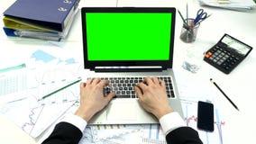 Bemannen Sie Hand auf Laptoptastatur mit grünem Schirm stock video footage