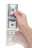 Bemannen Sie Hand mit 100 Dollarscheinen, die auf einem weißen Hintergrund lokalisiert werden Stockfoto