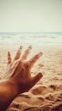Bemannen Sie Handhoffnung zum Erreichen für das Meer Stockfotos
