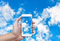 Bemannen Sie Handholding und Hintergrund des blauen Himmels des Bildschirmfotos mit Weiß Lizenzfreie Stockfotos