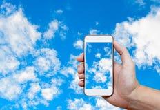 Bemannen Sie Handholding und Hintergrund des blauen Himmels des Bildschirmfotos mit Weiß Lizenzfreies Stockbild