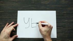 Bemannen Sie Handschrift ja mit schwarzer Markierung auf Weißbuch Beschneidungspfad eingeschlossen stock video footage