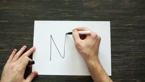 Bemannen Sie Handschrift nein mit schwarzer Markierung auf Weißbuch auf schwarzer hölzerner Tabelle Beschneidungspfad eingeschlos stock video