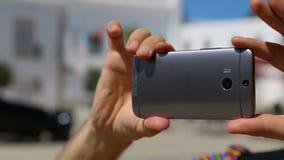Bemannen Sie Handy horizontal halten und das Panorama nehmen, das auf Ort des Interesses geschossen wird stock video