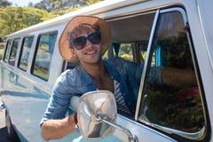Bemannen Sie heraus schauen vom Fenster beim Fahren campervan Lizenzfreies Stockfoto