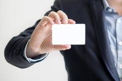 Bemannen Sie Holding-Visitenkarte Stockbild