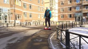 Bemannen Sie hoverboard oder elektrisches selbstabgleichendes Kreiselkompassrollerbrett auf dem Seitenweg draußen fahren Persönli stock footage