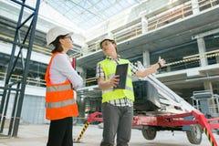 Bemannen Sie Ingenieur- und Frauenarchitekten an einer Baustelle Gebäude-, Entwicklungs-, Teamwork- und Leutekonzept stockbilder
