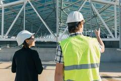 Bemannen Sie Ingenieur- und Frauenarchitekten an einer Baustelle Gebäude-, Entwicklungs-, Teamwork- und Leutekonzept stockfoto