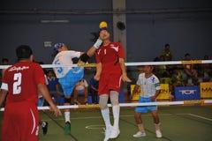Bemannen Sie Köpfe der Ball im Tritt-Volleyball, sepak takraw Stockfoto