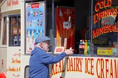 Bemannen Sie kaufende Eiscreme von einem Eiscremepackwagen Lizenzfreie Stockfotos