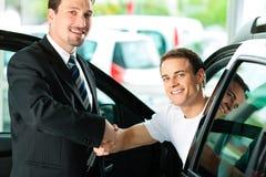 Bemannen Sie kaufendes Auto vom Verkäufer Stockfoto