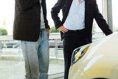 Bemannen Sie kaufendes Auto vom Verkäufer Stockfotografie