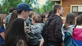 Bemannen Sie kleines Baby des Griffs auf Händen, Frauenaufenthalt nahe bei ihm familie Sommerfestival stock video
