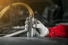 Bemannen Sie Kontrollen das Bedienfeld der pneumatischen, hydraulischen Installation lizenzfreies stockfoto