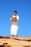 Bemannen Sie Leserolle im felsigen Wüstenland scape stockfoto