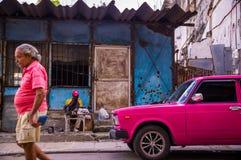 Bemannen Sie mit rosa Oldtimer im Havana, Kuba lizenzfreie stockfotos