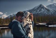 Bemannen Sie mit seinem Hundegebirgsgelände draußen spielen lizenzfreie stockfotos