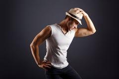 Bemannen Sie Mode-Modell, stilvolle junger Mann tragende Fedorahutstellung stockfotos