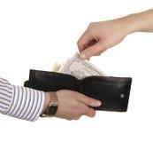 Bemannen Sie nehmen 50 Dollar vom Geldbeutel seines Partners Stockbilder