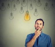 Bemannen Sie oben schauen mit Glühlampe der Idee über Kopf Lizenzfreie Stockfotografie