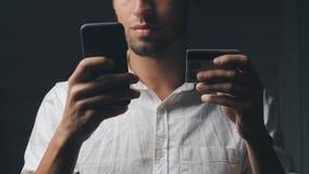 Bemannen Sie Online-Banking unter Verwendung des Smartphone, der online mit Kreditkarte kauft stock video footage