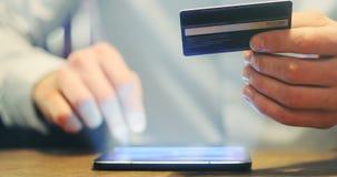 Bemannen Sie online kaufen mit Tablet-PC-Auflage mit Kreditkarte, on-line-Einkaufen stock video