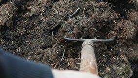 Bemannen Sie organisches Düngemittel der Lasten in einer Schubkarre auf seinem eigenen Bauernhof Handarbeit stock footage