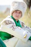 Bemannen Sie Porträt auf Gras in der traditionellen Kleidung, die Kamera betrachtet stockfotos