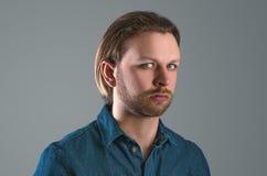 Bemannen Sie Portrait Betrachten der Kamera Lizenzfreie Stockfotos